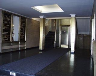 Eingangshalle der Hammaburg mit modernisiertem Lift
